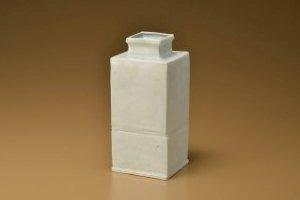岡晋吾 白沙瓷筋文角花器 9.6cm角×21.2cm