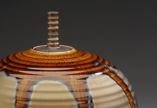 「jar with gold and brown glaze」陶磁器 H27xW25cm